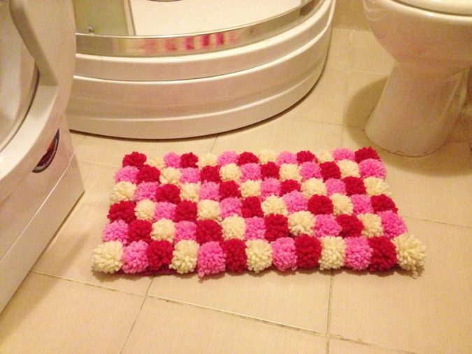 Pom-Pom-bath-rug-675x506 10 Creative DIY Bathroom Rugs