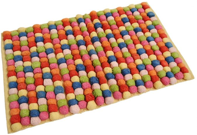 Pom-Pom-bath-rug2-1-675x461 10 Creative DIY Bathroom Rugs
