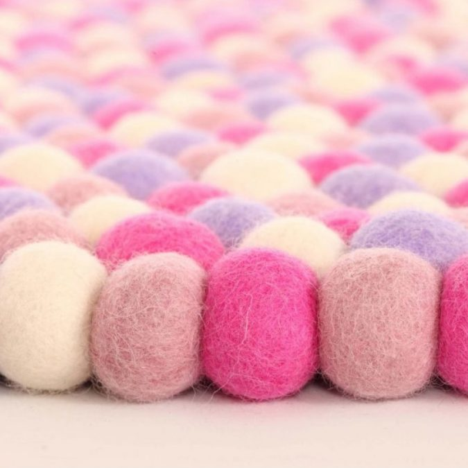 Pom-Pom-bath-rug3-1-675x675 10 Creative DIY Bathroom Rugs