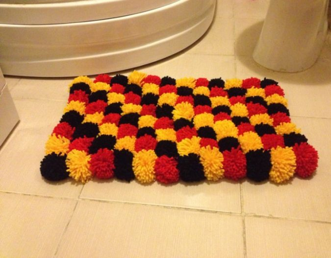 Pom-Pom-bath-rug7-675x527 10 Creative DIY Bathroom Rugs