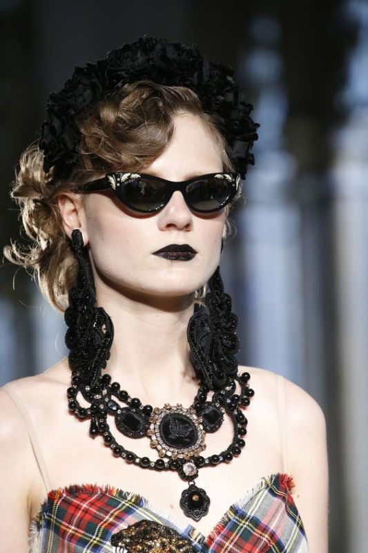 dark-lenses-2 11 Hottest Eyewear Trends for Men & Women 2017
