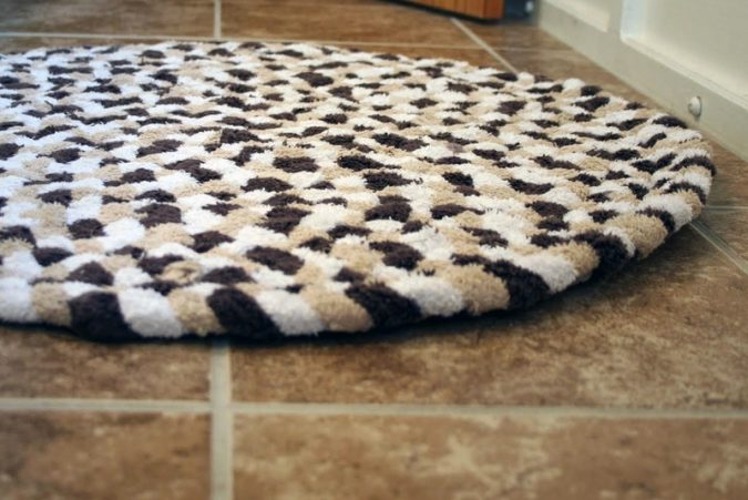 3-Towel-bath-rug-675x451 10 Creative DIY Bathroom Rugs