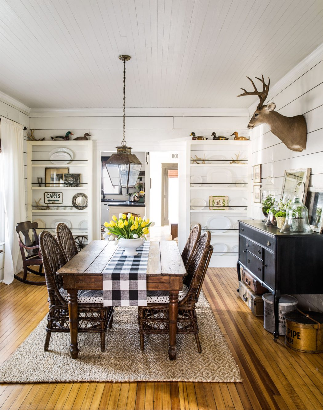 Dine-like-you-are-in-a-farmhouse5 15+ Best Luxurious and Modern Dining Room Design for 2020