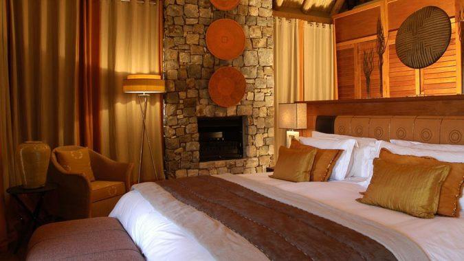 bedroom-red-orange-675x380 25+ Elegant Orange Bedroom Decor Ideas
