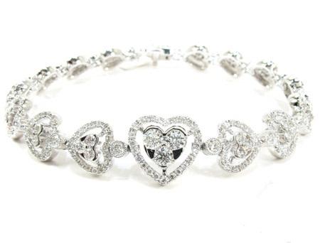 18K-Gold-Diamond-Heart-Bracelet-25429-Diamond-Bracelets-1 How To Hide Skin Problems And Wrinkles Using Jewelry?