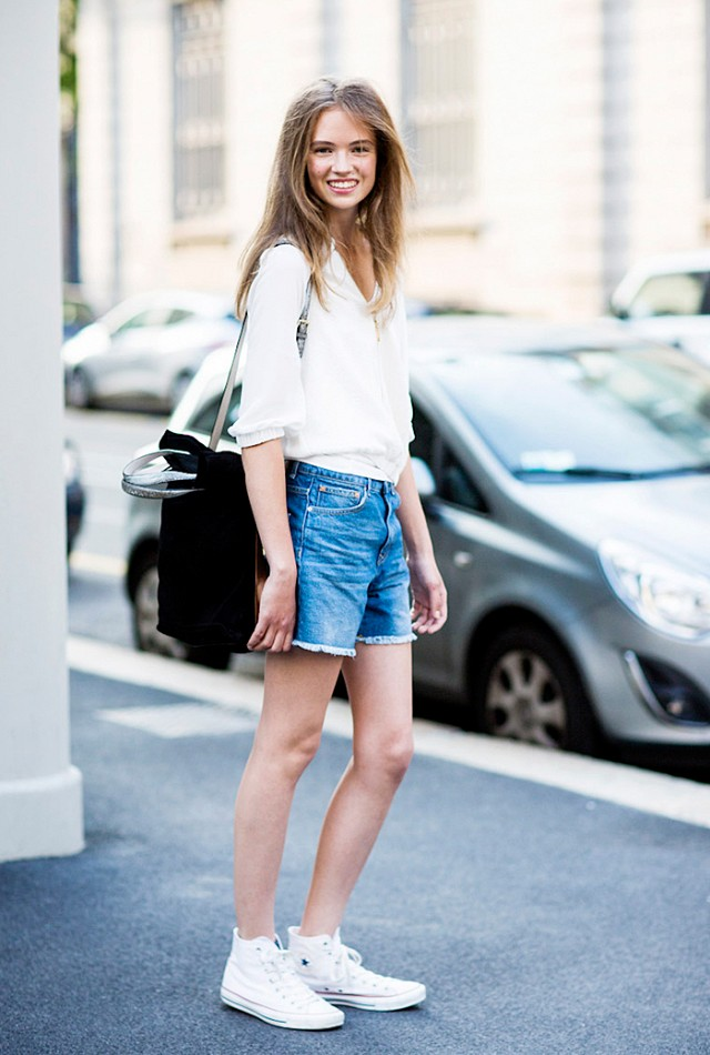 Denim-Shorts-with-White-Blouse2 +40 Elegant Teenage Girls Summer Outfits Ideas in 2021