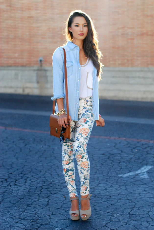 Floral-Pants-with-Denim-Jacket +40 Elegant Teenage Girls Summer Outfits Ideas in 2021