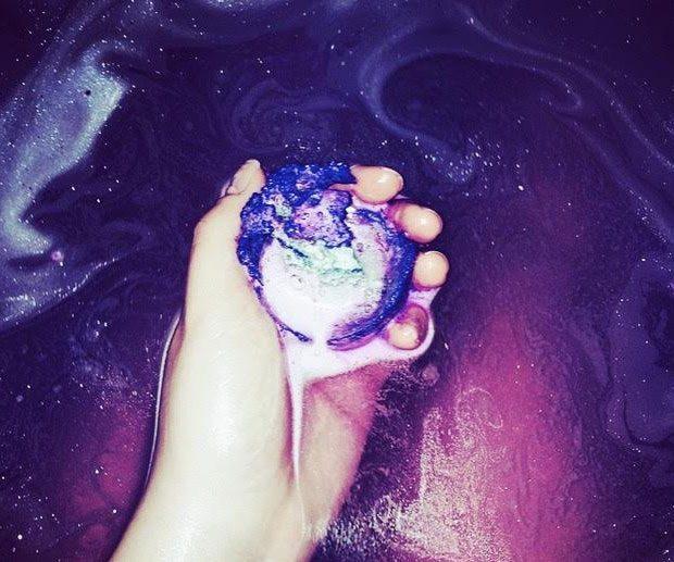 Galaxy-bath-bomb 4 Most Creative DIY Bath Bombs