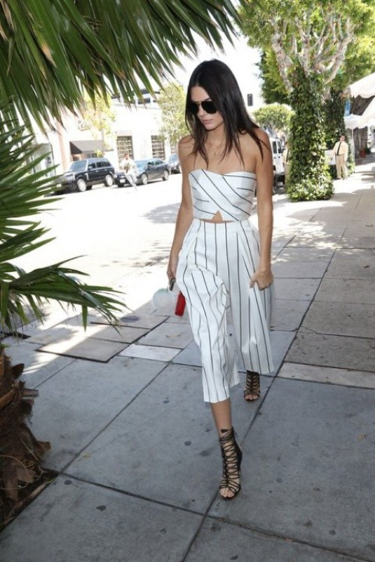 celebrities-in-striped-outfits-11 77+ Elegant Striped Outfit Ideas and Ways to Wear Stripes
