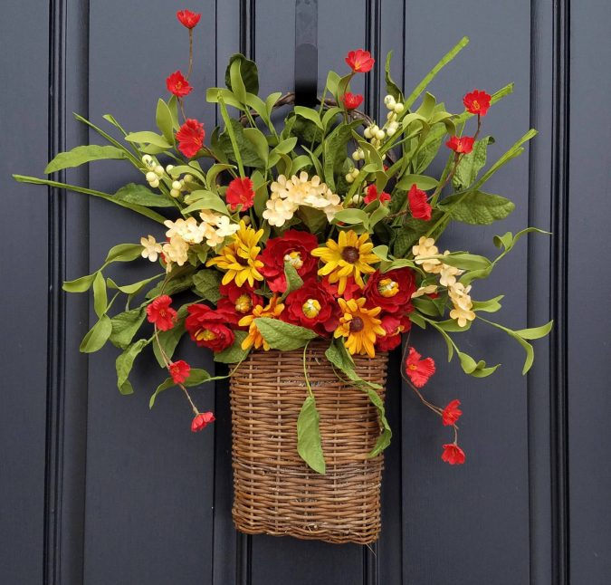 straw-tote-with-flowers-2-675x646 7 Vibrant Front Door Decorations for Summer 2017