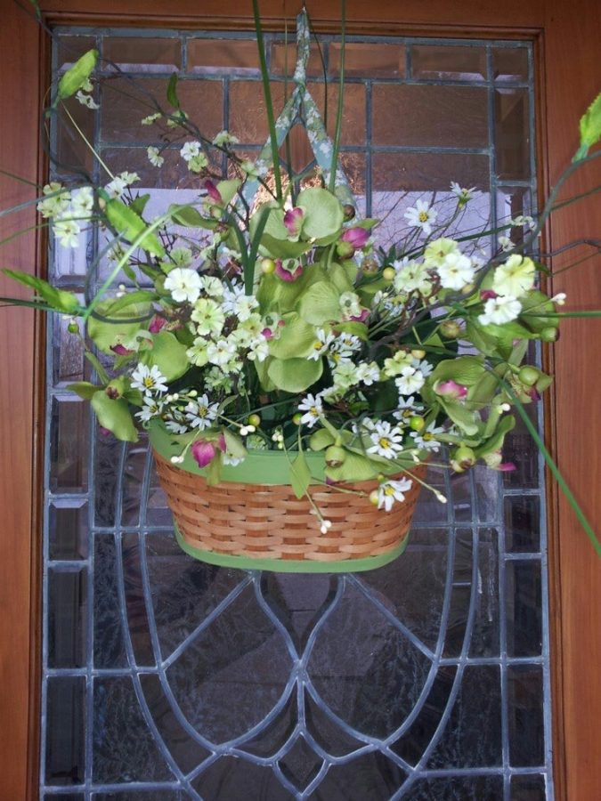 straw-tote-with-flowers-675x900 7 Vibrant Front Door Decorations for Summer 2017