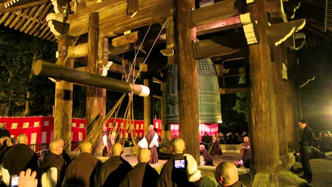 Ringing-the-Bell-at-Chion-in-temple-Kyoto-Japan-on-New-Years-2014-675x380 New Year around the World.. One Event, Various Traditions