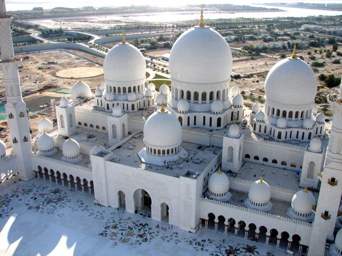 The-Grand-Sheikh-Mosque-675x506 20 Places to Explore for an Enchanting Holiday