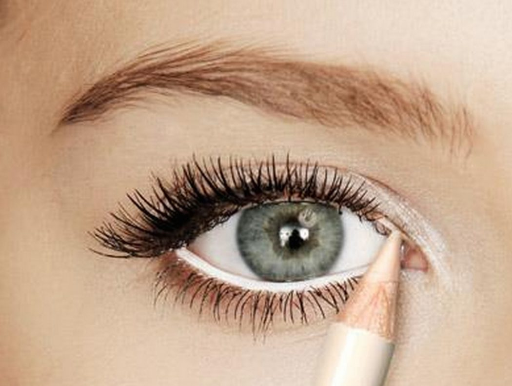 Apply-white-shimmery-eye-shadow-to-the-inner-corner-of-your-eye Get Whiter Eye Whites with These 7 Exclusive Tips!