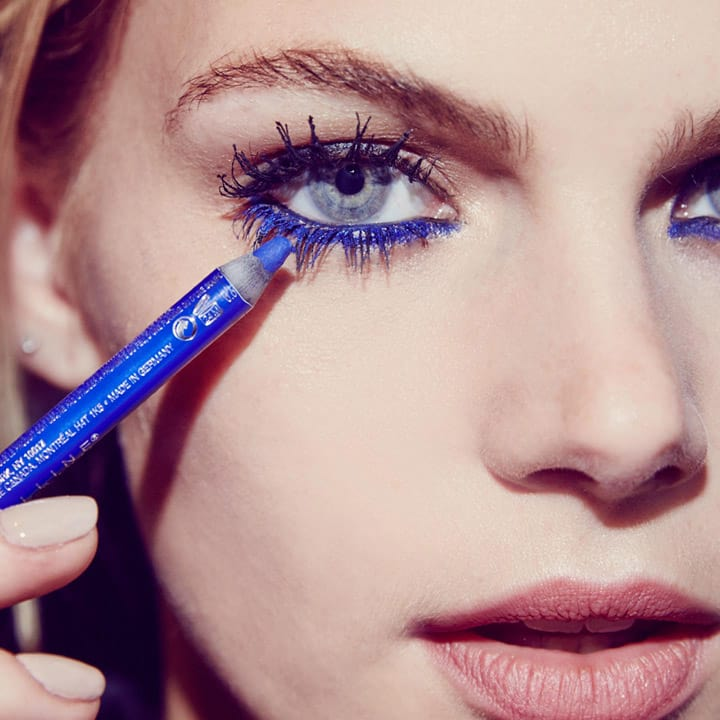 using-blue-eyeliner-and-blue-mascara Get Whiter Eye Whites with These 7 Exclusive Tips!