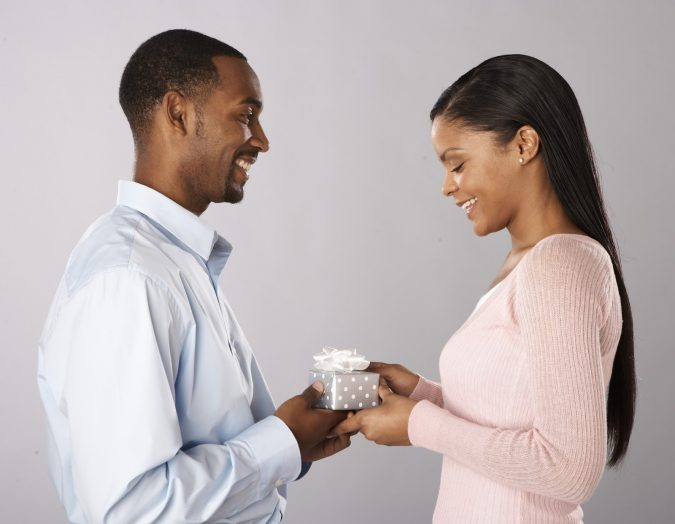 couple-gift-675x524 15 Best Things to Consider Before Presenting a Gift