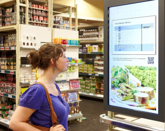 digital-signage-advices-customer-about-offers-675x535 7 Reasons Digital Signage Gets Your Business More Customers