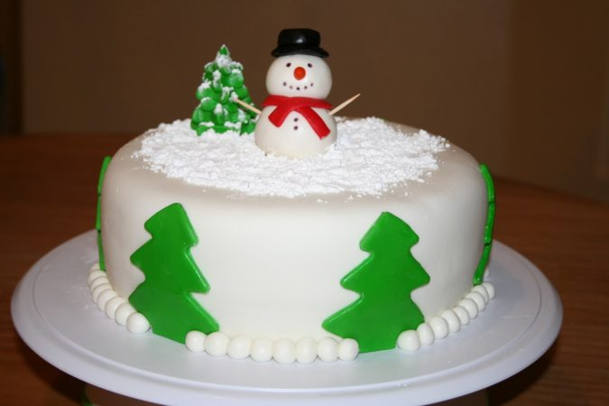 Christmas-cake-decoration-Snowman-with-Santa-cap-675x450 Top 10 Mouth-watering Christmas Cake Decorations 2018