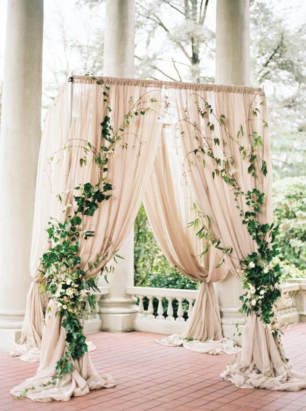 Christmas-wedding-arch-ideas-decoration-ivy 8 Festive Tips for a Christmas-Themed Wedding