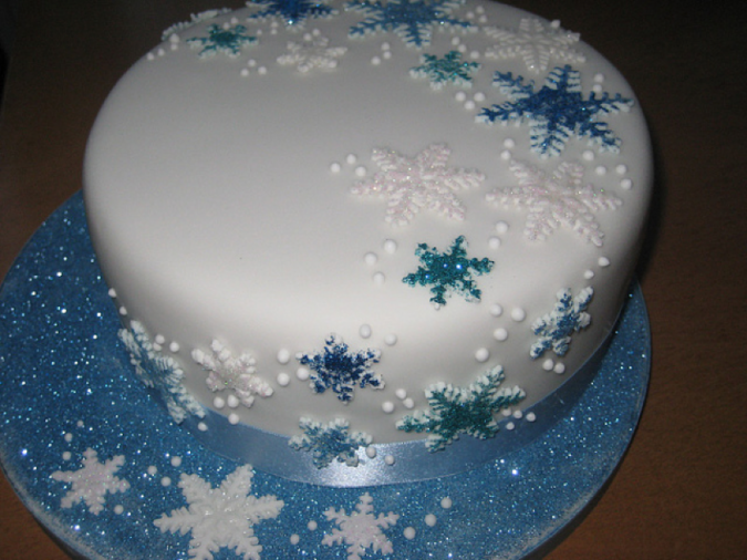 Snowflake-Christmas-cake-design-675x506 Top 10 Mouth-watering Christmas Cake Decorations 2018