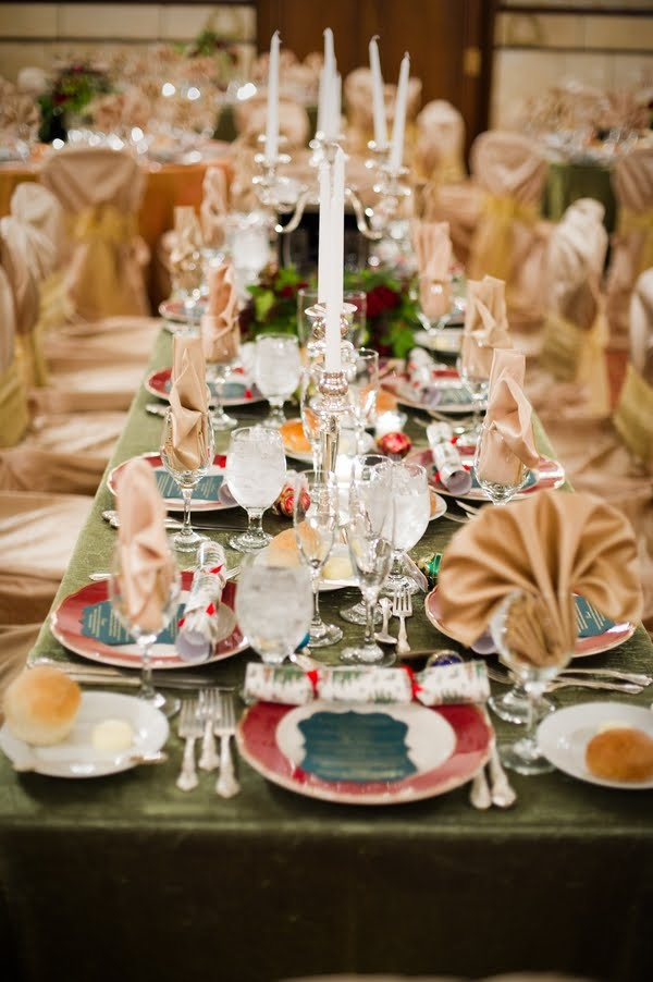 christmas-wedding-dinner-tables 8 Festive Tips for a Christmas-Themed Wedding