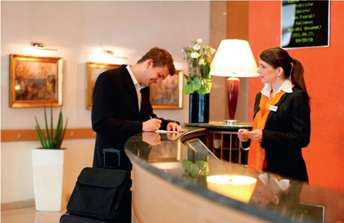 hotel-receptionist-and-resident-675x438 Top 10 Exclusive Tips to Find Cheapest Hotel Deals