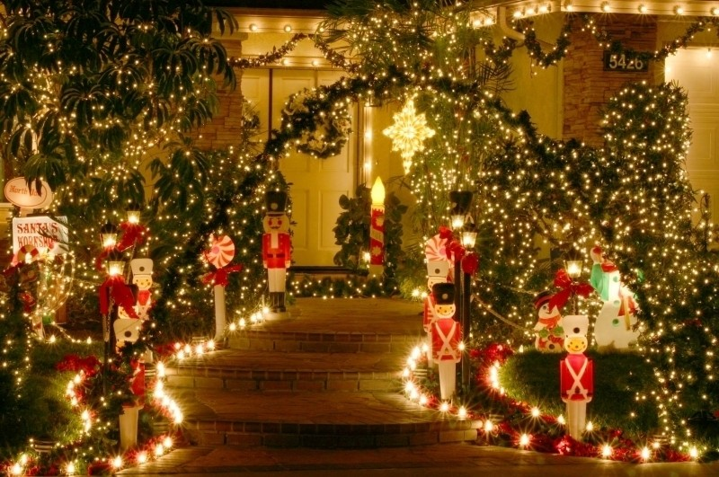 outdoor-Christmas-light-decoration-ideas-146 98+ Magical Christmas Light Decoration Ideas for Your Yard 2018
