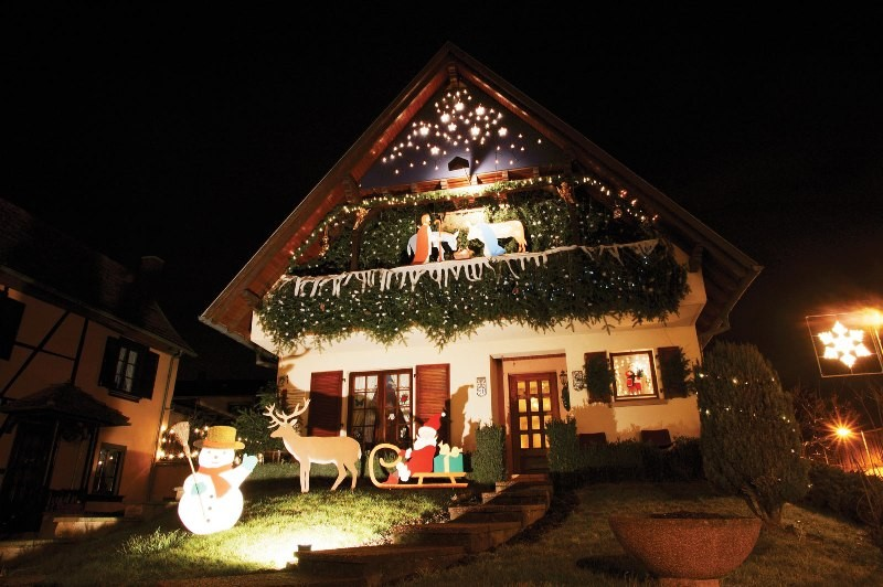 outdoor-Christmas-light-decoration-ideas-149 98+ Magical Christmas Light Decoration Ideas for Your Yard 2018