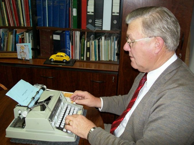 using-Typewriter-675x505 Top 10 Outdated Technologies Will Be Used Till 2018