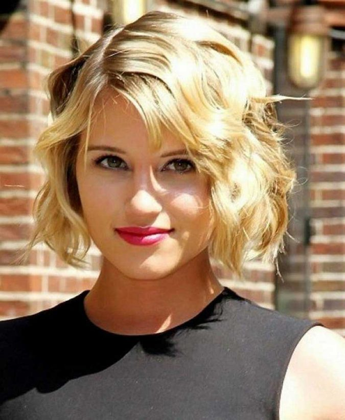 jolie-ondulé-Curly-bob-hairstyle-for-blonde-women-675x821 Top 10 Professional Hairstyles for Blonde Women in 2020