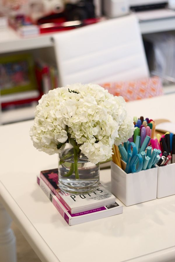 office-decor-fresh-flowers 5 Ways to Create a Relaxing Atmosphere