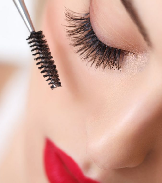 Applying-Mascara-makeup-2-675x759 10 Tips to Apply Mascara Like a Professional