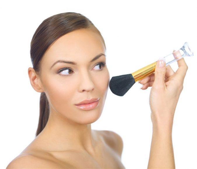 applying-makeup-675x579 5 Simple Tips to Avoid Cakey Makeup