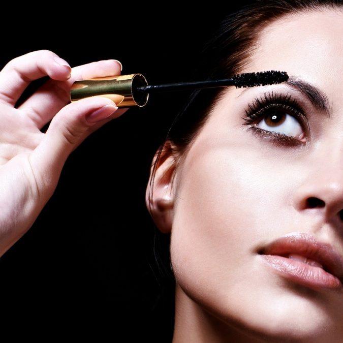 applying-mascara-675x675 10 Tips to Apply Mascara Like a Professional