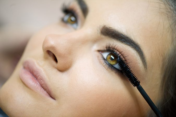 applying-mascara-makeup-675x449 10 Tips to Apply Mascara Like a Professional