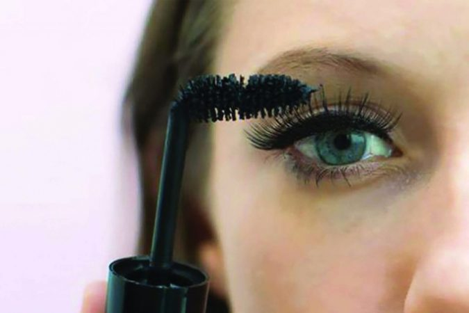 bend-the-wand-of-your-mascara-makeup-675x450 10 Tips to Apply Mascara Like a Professional