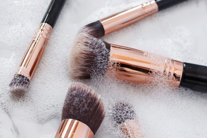 clean-makeup-brushes-with-Liquid-Dish-Soap-2-675x450 7 Best Ways to Clean Makeup Brushes Professionally