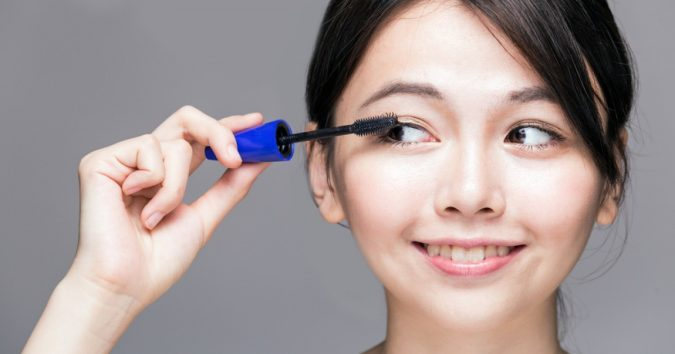 mascara-makeup-2-675x354 10 Tips to Apply Mascara Like a Professional