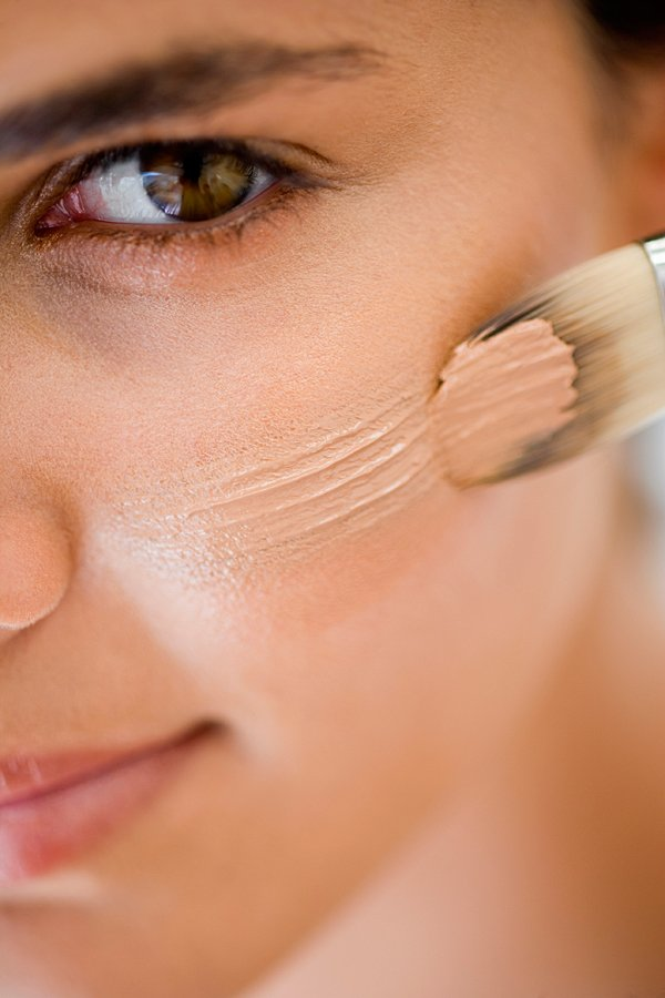 woman-applying-makeup 5 Simple Tips to Avoid Cakey Makeup