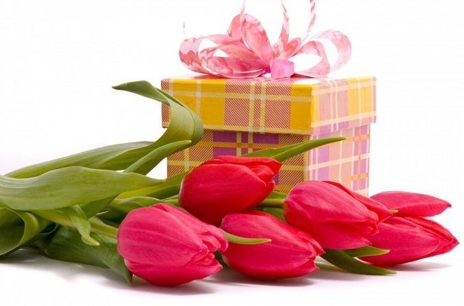 gift-with-flower-bouquet-675x445 Best Gift Combos with Beautiful Flowers for Various Celebrations