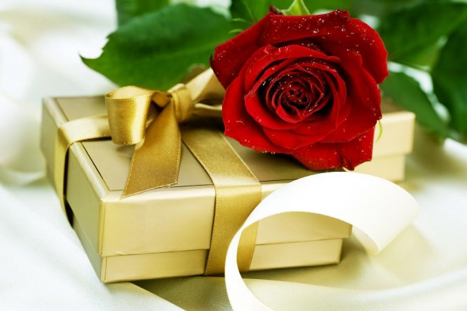 gift-with-fresh-rose-675x449 Best Gift Combos with Beautiful Flowers for Various Celebrations
