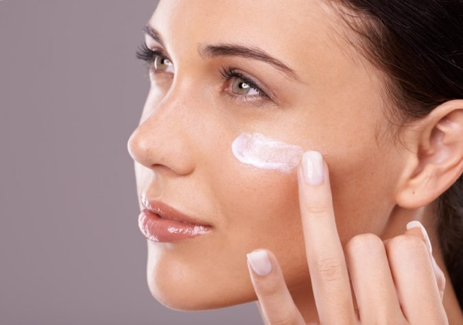applying-Face-Primers-675x473 10 Tips to Hide Acne with Makeup