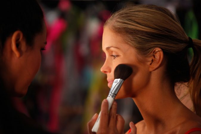 applying-makeup-3-675x450 10 Tips to Hide Acne with Makeup