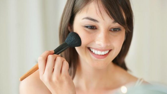 applying-makeup-675x380 10 Tips to Hide Acne with Makeup