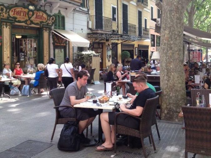 finding-local-resturants-675x507 Tips for Finding a Great Restaurant While Traveling
