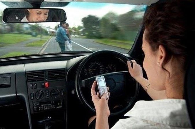 using-smartphone-while-driving-675x448 9 Ways Your Smartphone is Making Your Life Inferior