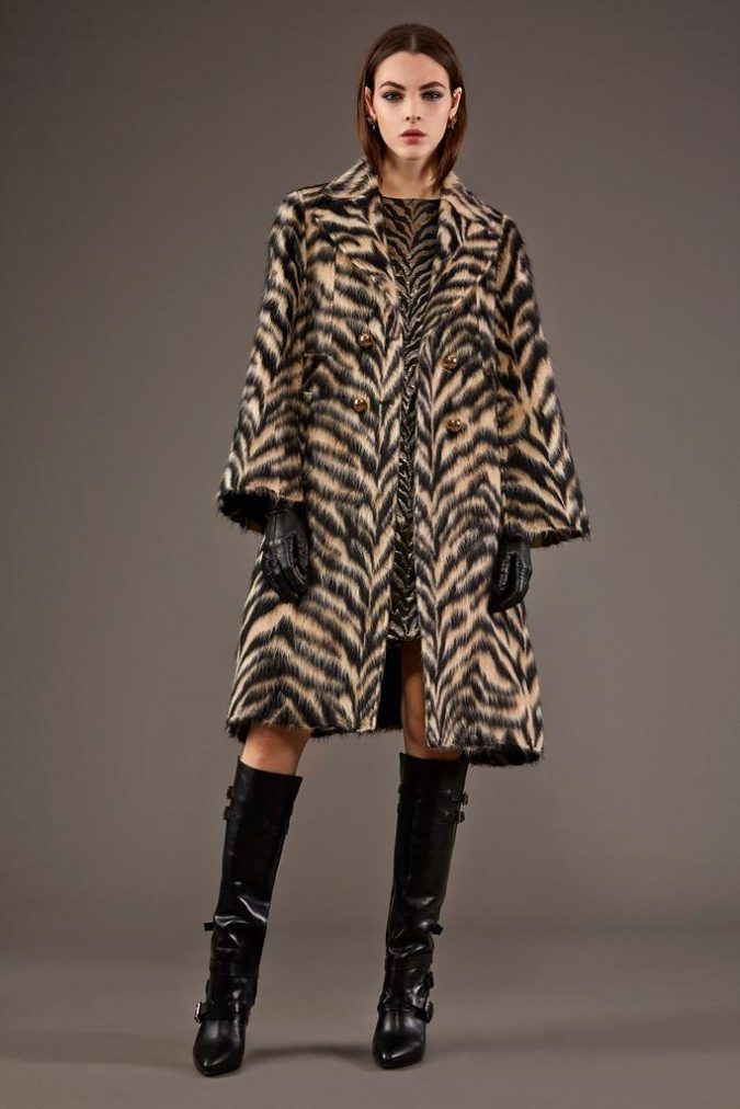 animal-print-coat-women-outfit-675x1012 70+ Elegant Winter Outfit Ideas for Business Women in 2019