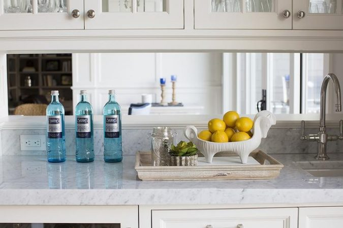 kitchen-builtin-bar-mirrored-backsplash-675x450 15 Outdated Home Decorating Trends Coming Back in 2019