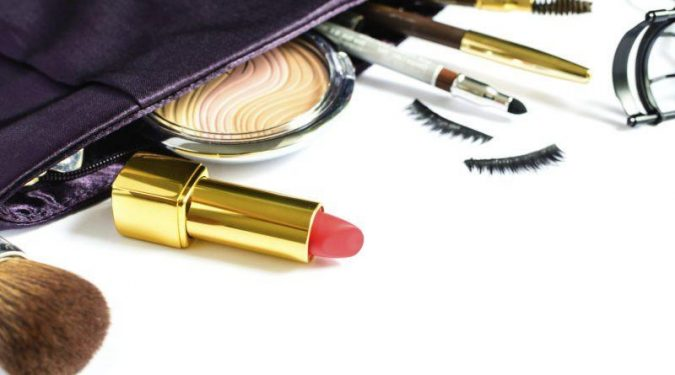 9-beauty-products-you-cannot-miss-in-your-purse-675x375 15 Must-have Beauty Products in Your Handbag