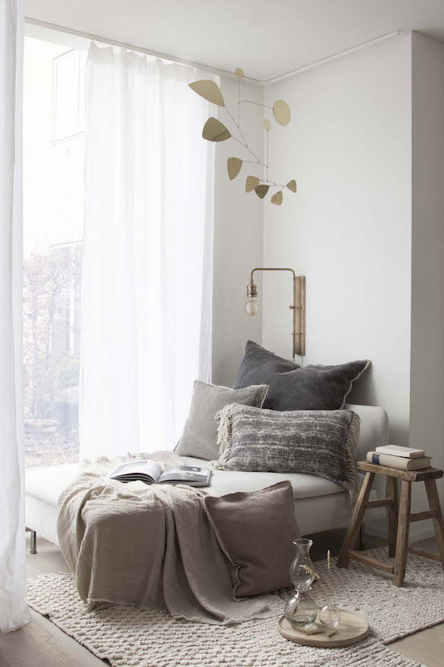 bedroom-decor-reading-corner-2 20 Cheapest Bedroom Ideas to Make Your Space Look Expensive